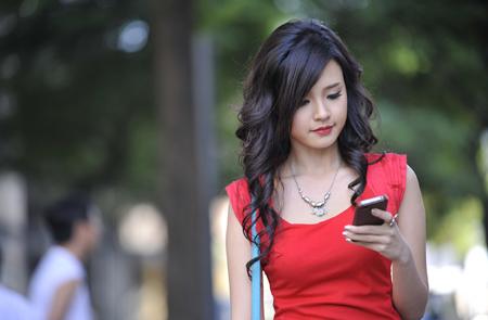 """Công việc đòi hỏi Mi Du phải di chuyển liên tục và chiếc điện thoại di động có sử dụng dịch vụ kết nối Mobile Internet chính là """"một chìa khóa vạn năng bỏ túi"""" giúp cô giải quyết công việc và kết nối thường xuyên với mọi người."""