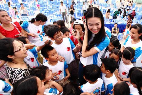 Hoa hậu Thùy Dung kêu gọi phụ huynh đội mũ bảo hiểm cho trẻ