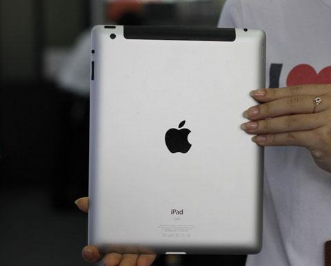 Góc cạnh trái tay cầm của iPad 3 nóng khi chơi game, lướt web. Ảnh: Quốc Huy.